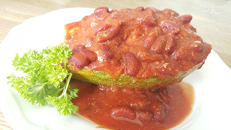Gefüllte Hackzucchini in Tomaten-Kidneybohnensoße
