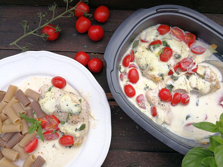 Geflügel in Basilikum Mozzarellasoße und Pasta