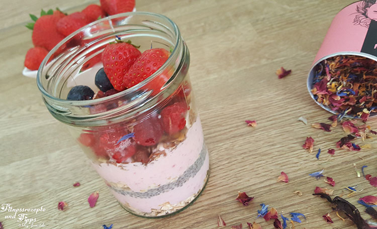 Overnight Oats – Erdbeerquark mit Knuspermüsli und Beerenmischung