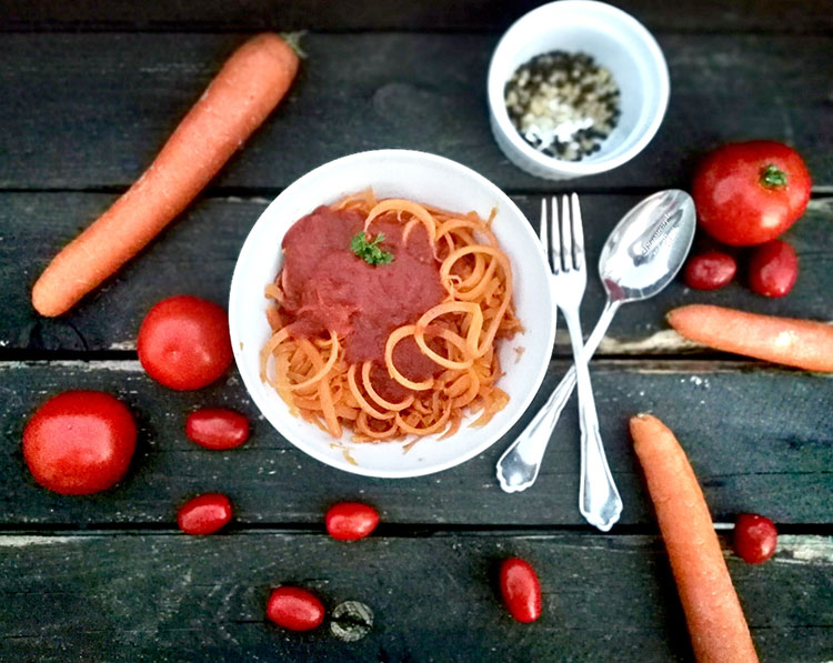 Möhrenspaghetti mit Tomatenonionsoße