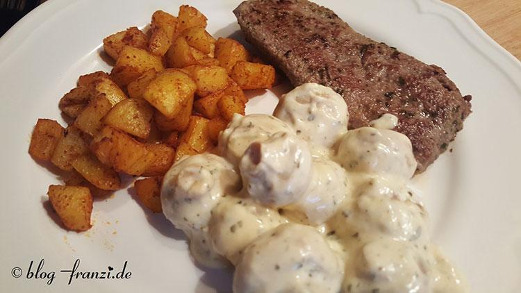 Lammlachse mit Kartoffelwürfel auf Champignons-Knoblauchcreme