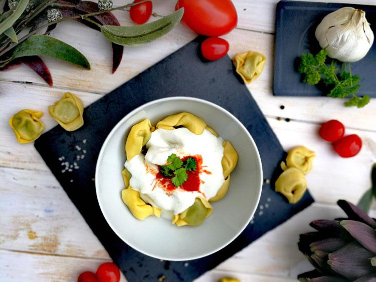 Ricotta-Dinkeltortellini in Joghurt-Tomatensoße