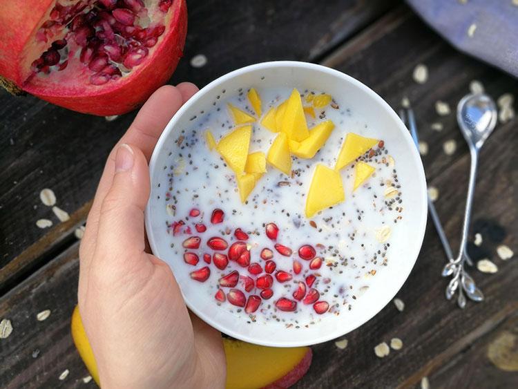 Buttermilchmüsli mit Mango und Granatapfel