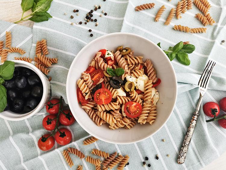 Pasta in Tomatenmozzarella mit Oliven