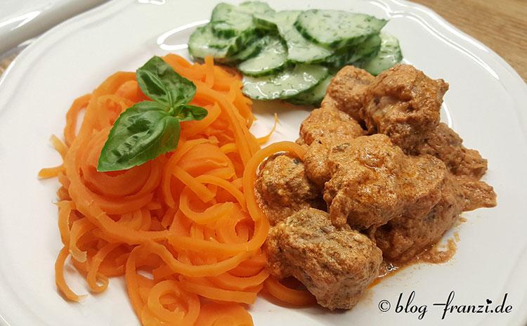 Körnige Hackbällchen in tomatiger Käsesoße mit Möhrenspaghetti und Gurken-Joghurtsalat