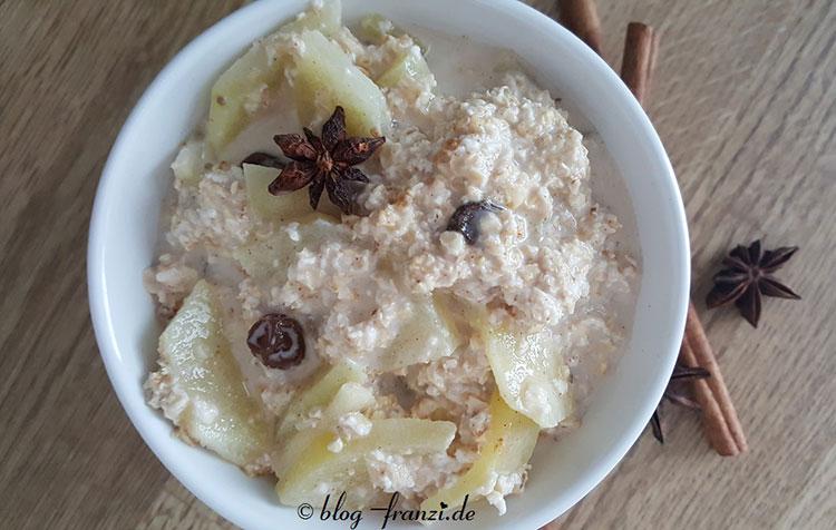 Veganer Porridge mit geriebenen Zimtapfel und Rosinen