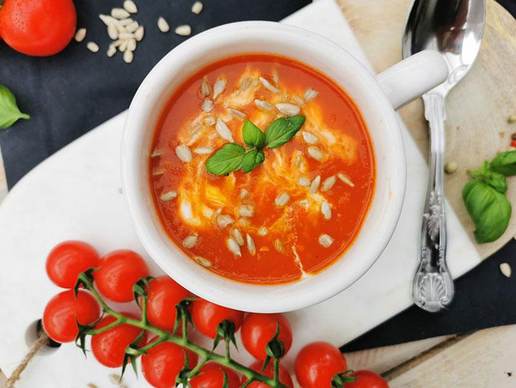Schnelle Tomatensuppe mit Sonnenblumenkernen