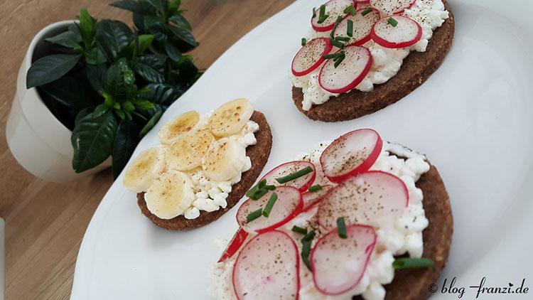 Vollkornbrot mit Körnigen Frischkäse mit süßer und deftiger Variante – gesunder Brotsnack