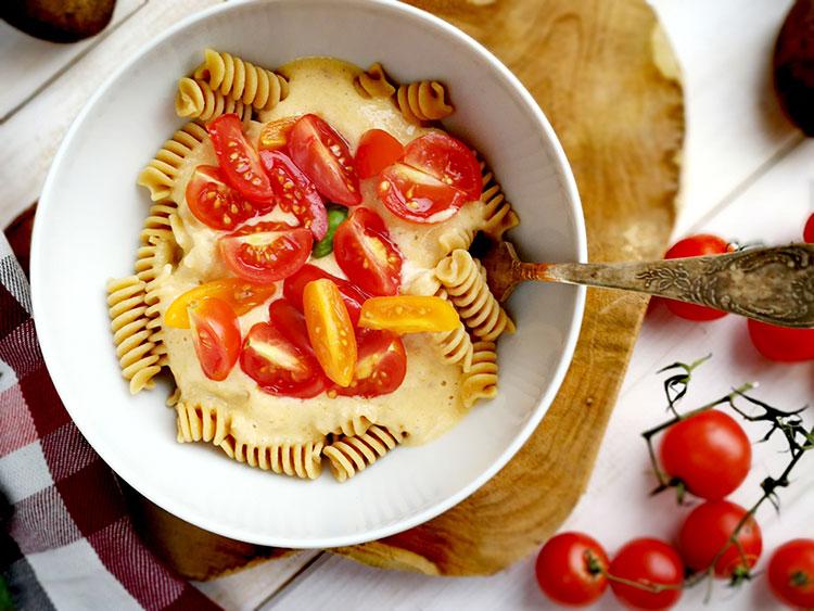 Vegane Käsenudeln mit frischen Tomaten – vegan cheesenoodles