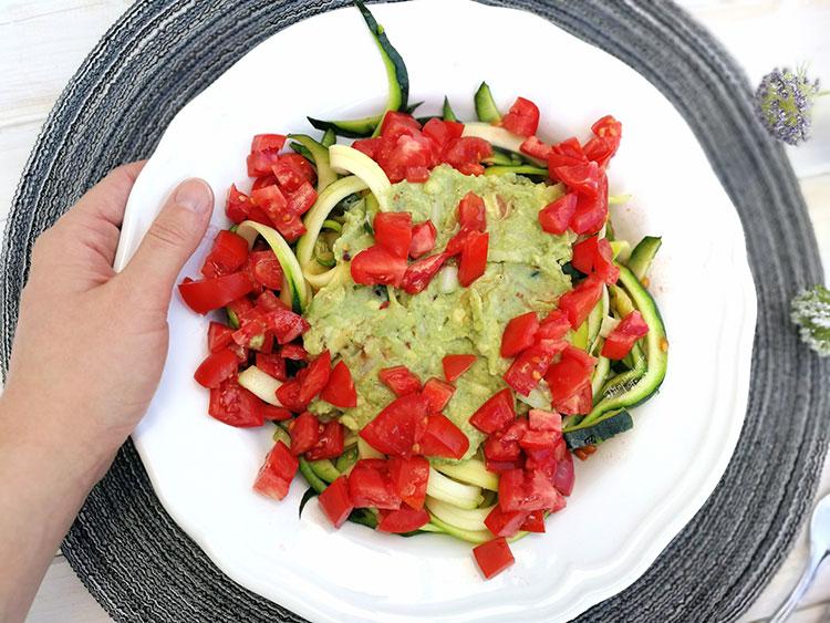 Zoodles Mit Guacamole Tomaten Und Garnelen Fitnessrezepte Und Tipps