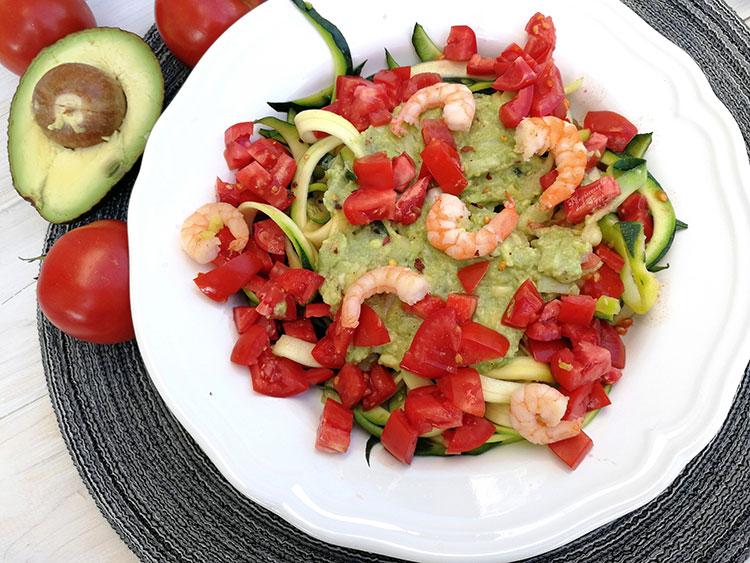 Zoodles mit Guacamole, Tomaten und Garnelen