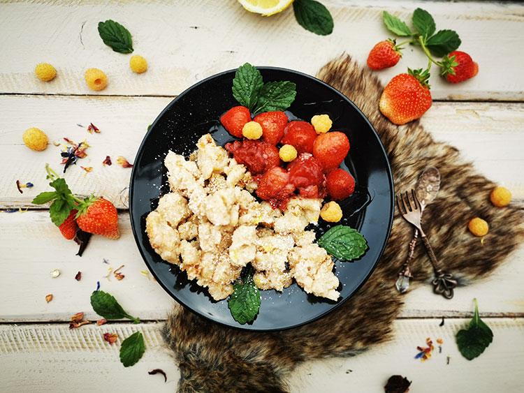 Grießschmarrn mit warmen Erdbeeren