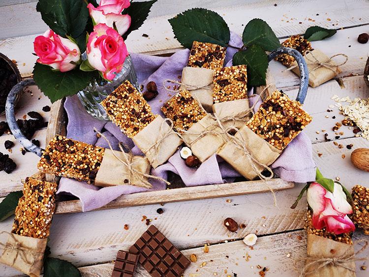Schokoladige Quinoa-Haferflockenriegel mit Frucht und Nüssen