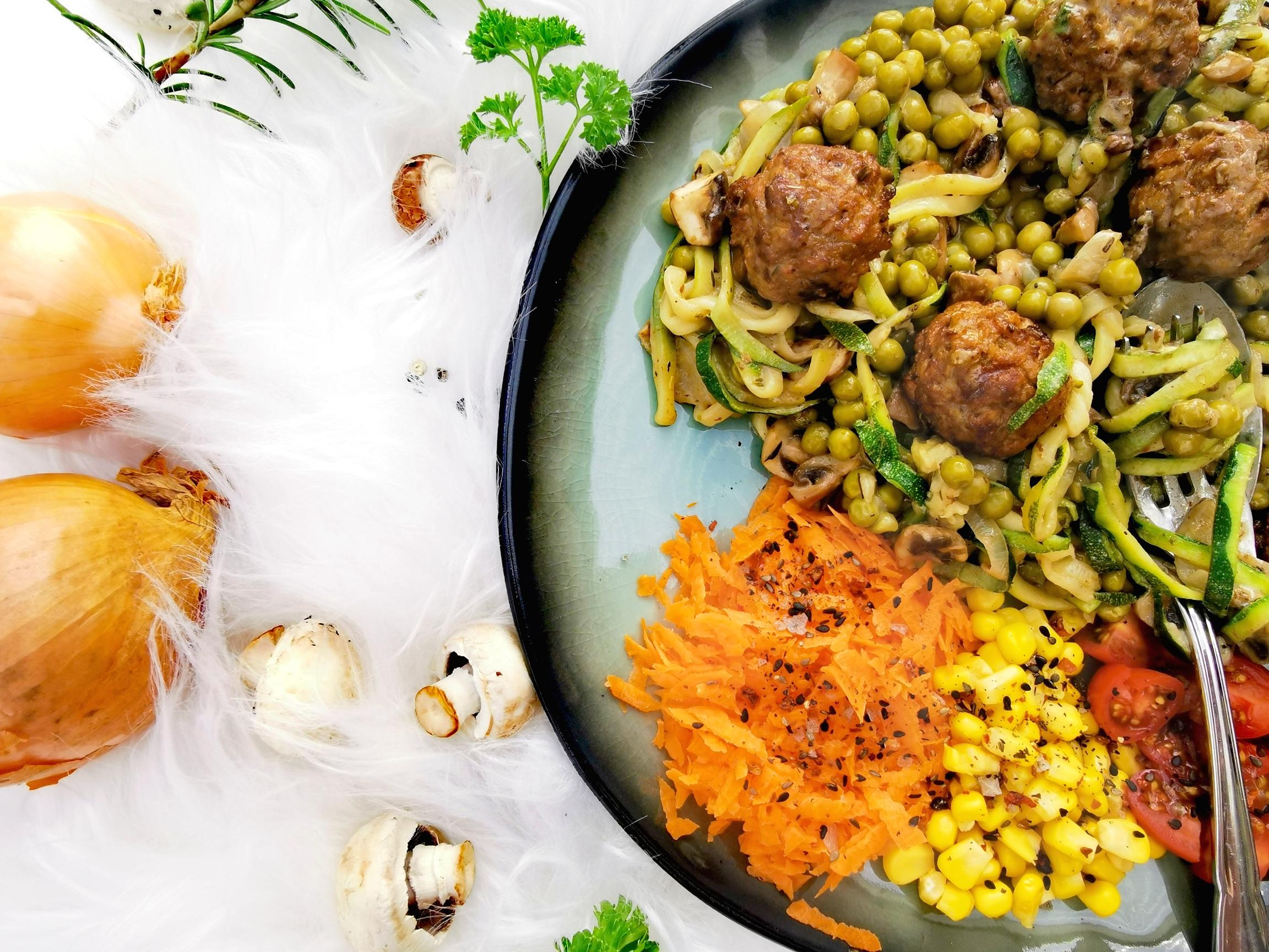 Zoodles Pilzpfanne mit vegetarischen Hackbällchen