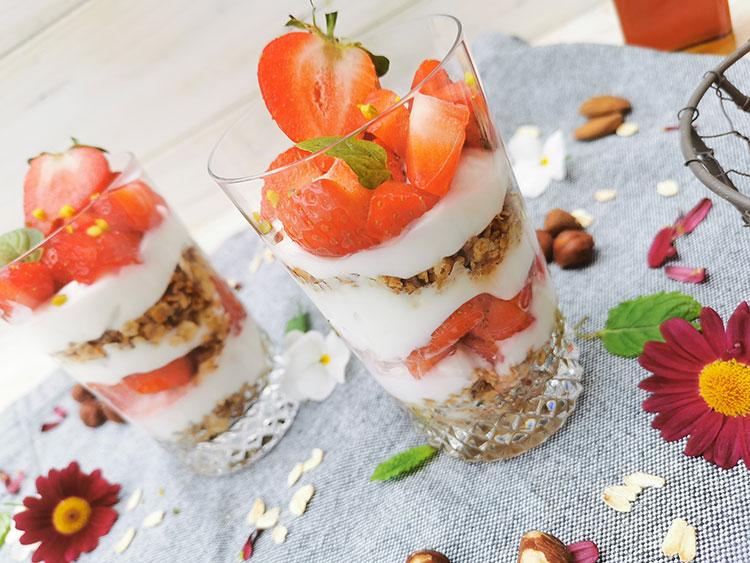 Erdbeeren Granola Dessert mit zitroniger Note