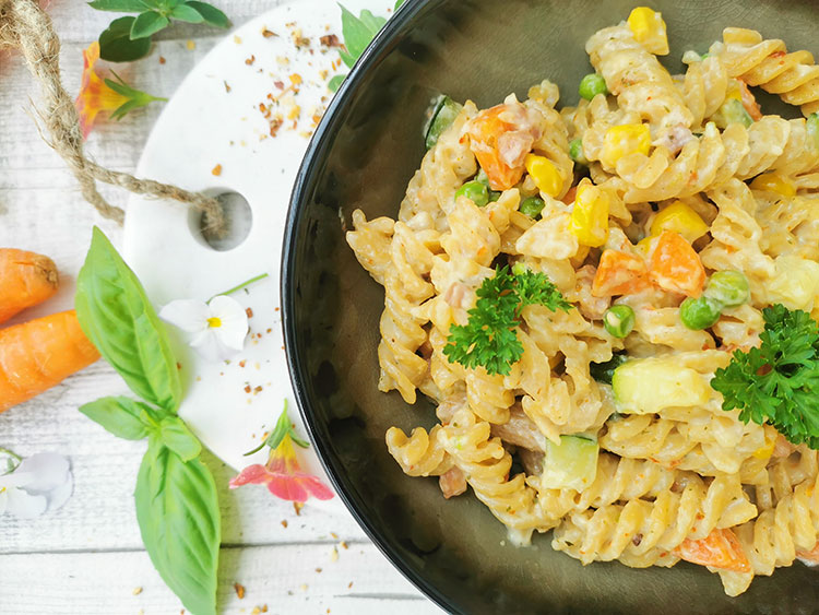 Gemüse in Sahnesoße auf Pasta